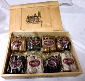 Holzkiste gefüllt mit acht Beuteln